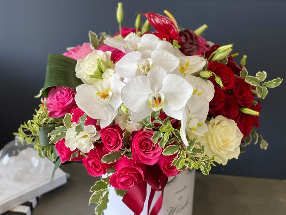 Awesome mix | Hat Box with Mixed Flowers