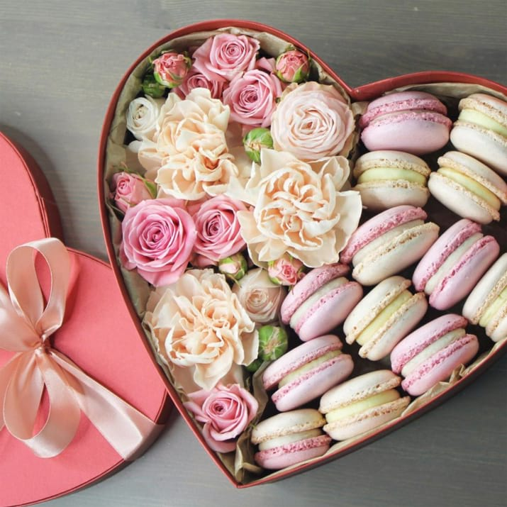 Flower Box with 14 Macarons