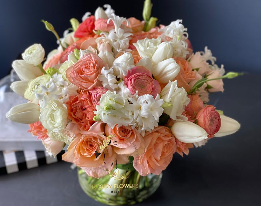 Peach Dream |Elegant flower arrangement in vase in white and peach colors
