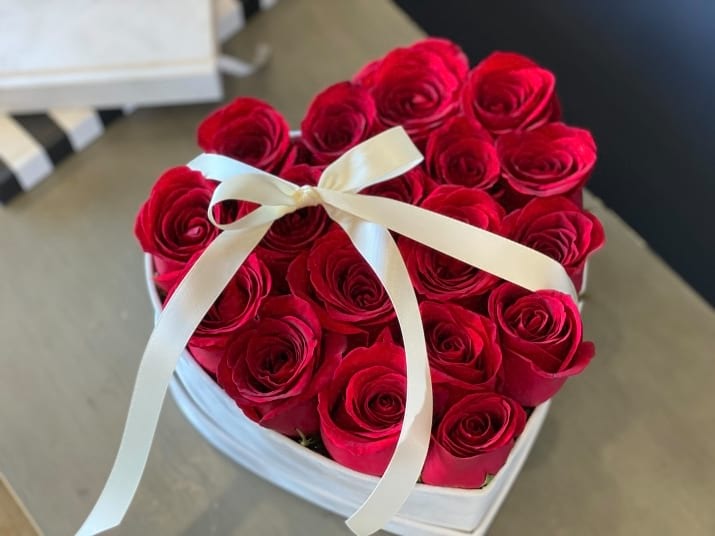 18 Red Roses in Heat-shaped Box