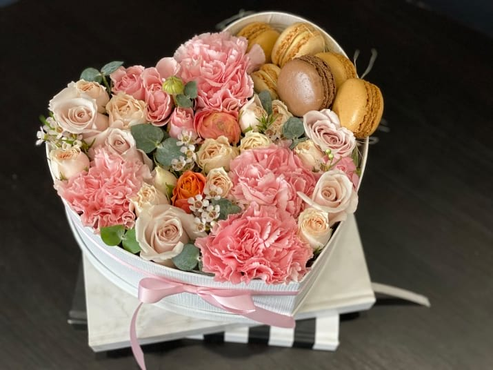 Modern Flower Design in a Heart-Box with Macarons
