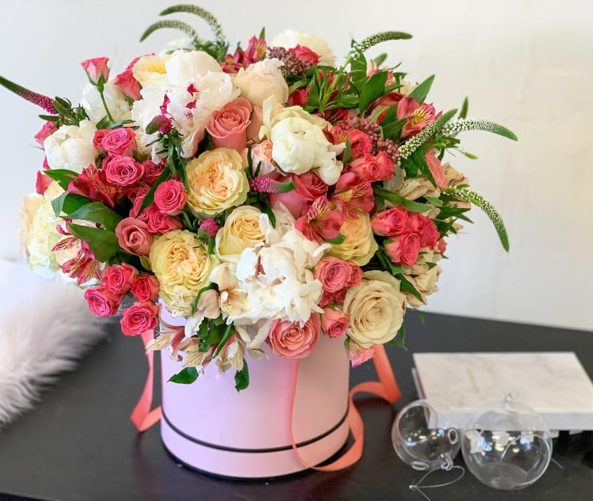 Large Hat Box Arrangement with Roses,Peonies and Mix Flowers