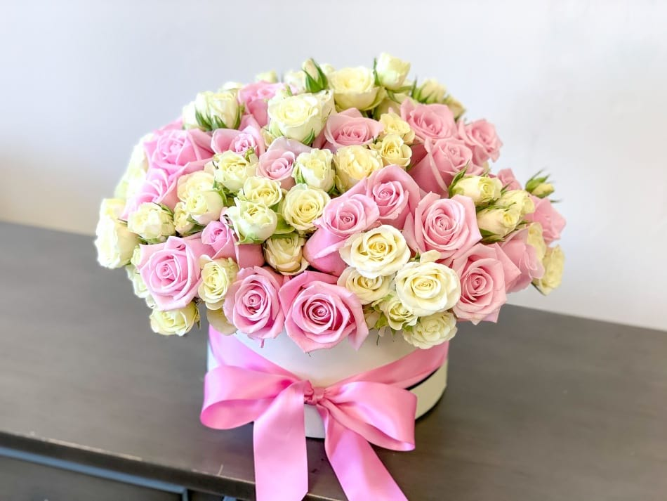 Elegant and soft Roses Arrangement in Round Box