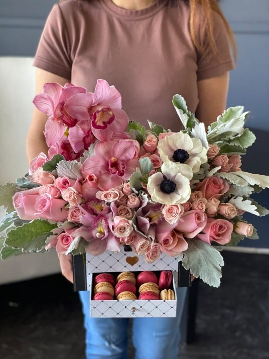 Brigitte | Gift Box with Flowers and Macaroons