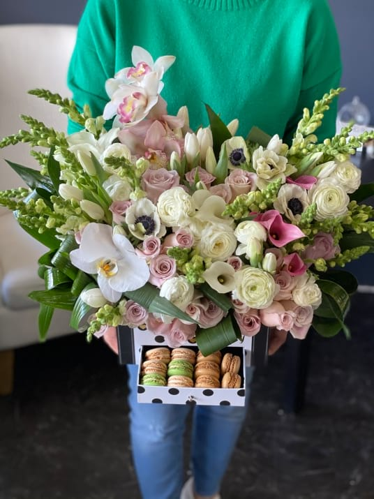 Sweet & Elegant | Gift Box with Flowers and Macaroons